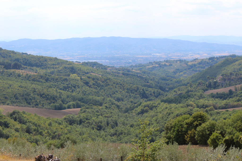 View near stucco house outside Valfabbrica (Photo: © Henri Craemer)
