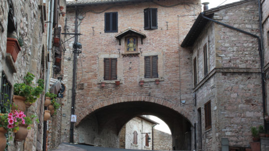 Arch across the road after we enter Assisi (Photo: © Henri Craemer)