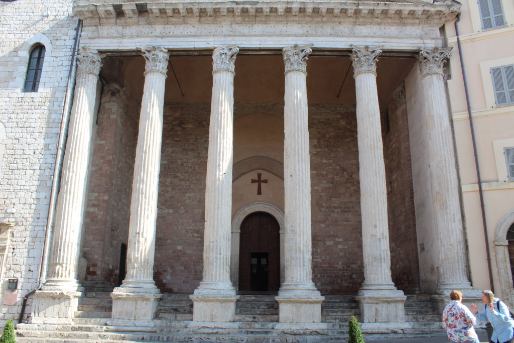 The entrance to the church of Santa Maria sopra Minerva with its Corinthian columns. (Photo: © Henri Craemer)