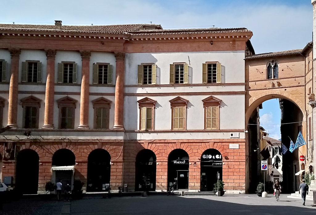 Offices & shops on the Piazza Della Republica (Photo: © Henri Craemer)