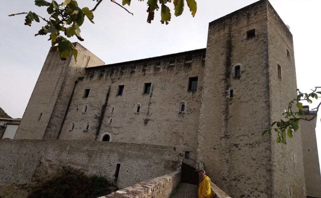 Within the walls of the mighty La Rocca Albornoziana with Niels (Photo: © Henri Craemer)