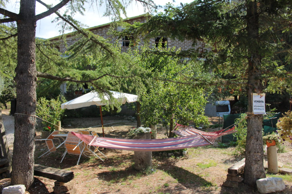 The temptation of hammocks under trees on the road between Assisi and Spello near the Fosso delle Carceri. (Photo: © Henri Craemer)