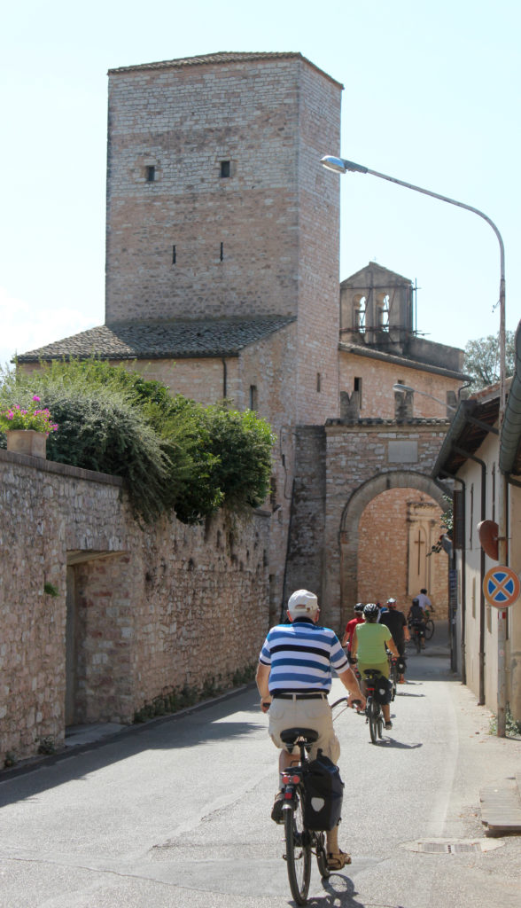 Cyclists entering Spello with us. (Photo: © Henri Craemer)