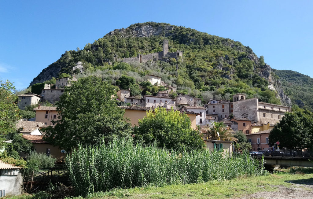 Precetto, with the remains of its castle on the hill. (Photo: © Henri Craemer)